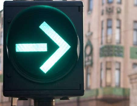 you can: Flecha sem�foro est� en verde, se puede girar a la derecha ahora Foto de archivo