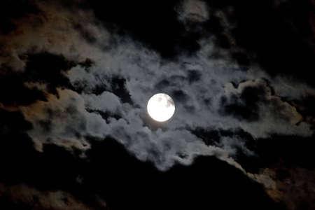 night moon: Luna llena y las nubes sobre el cielo nocturno