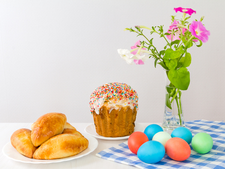 Easter eggs and Easter cake on a light background. Banque d'images