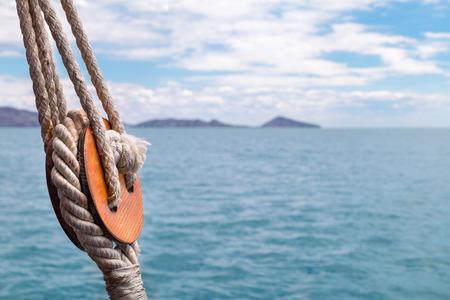 coincidir: Cuerdas en un viejo velero de madera. Foto de archivo