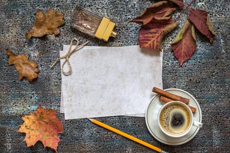 한 잔의 커피와 어두운 배경에 종이. 텍스트를위한 공간입니다. 스톡 콘텐츠
