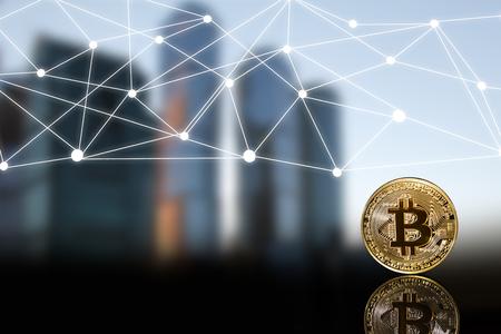 La version physique de Bitcoin (nouvelle monnaie virtuelle) dans le contexte des bâtiments urbains. Une image conceptuelle pour les investisseurs dans la technologie de cryptage et de blockchain. Banque d'images - 94610581