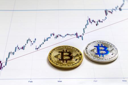 La version physique de Bitcoin (nouvelle monnaie virtuelle) dans le contexte des bâtiments urbains. Une image conceptuelle pour les investisseurs dans la technologie de cryptage et de blockchain. Banque d'images - 94610601