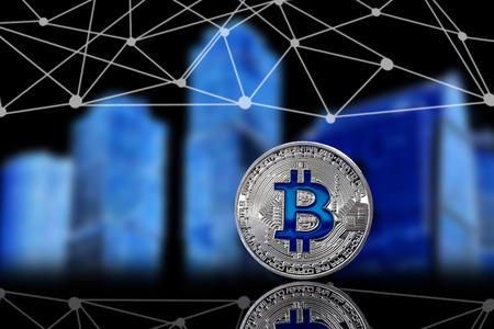 La version physique de Bitcoin (nouvelle monnaie virtuelle) dans le contexte des bâtiments urbains. Une image conceptuelle pour les investisseurs dans la technologie de cryptage et de blockchain. Banque d'images - 94543374