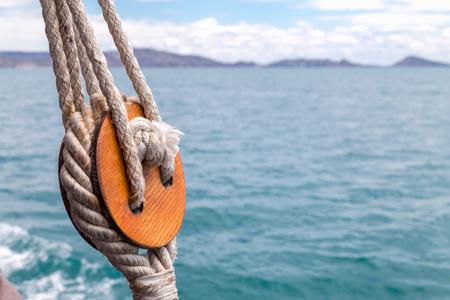 Cordes sur un vieux voilier en bois. Banque d'images