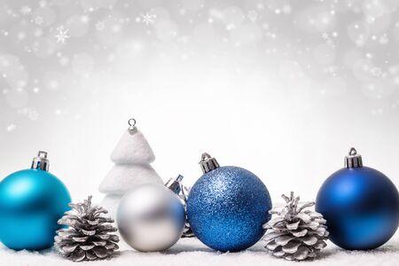 Weihnachtsschmuck auf hellem Hintergrund liegend. Platz kopieren.