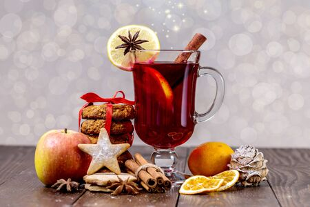 Christmas mulled wine and tangerines on a wooden background. Zdjęcie Seryjne