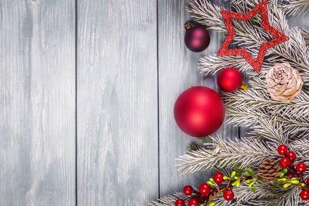 Weihnachtsschmuck auf dem hölzernen Hintergrund. Kopieren Sie Platz für Text.