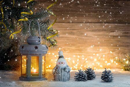 Candelabro de linterna y adornos navideños sobre un fondo de madera. Copie el espacio.