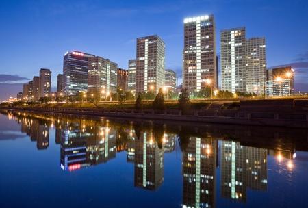 Rascacielos - edificios de oficinas en el centro de Beijing en el momento de la puesta del sol