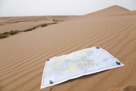 mapa china: Mapa chino en fondo del desierto
