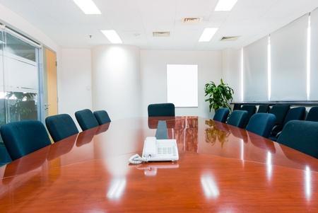 sala de reuniones: Oficina moderna sala de juntas interior Editorial