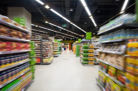 dispensador: Pasillo de un supermercado vac�o