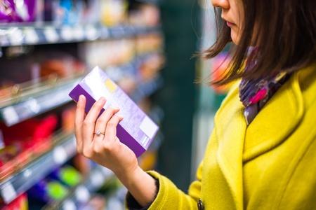 gl�cklicher kunde: Junge Frau beim Einkaufen im Supermarkt