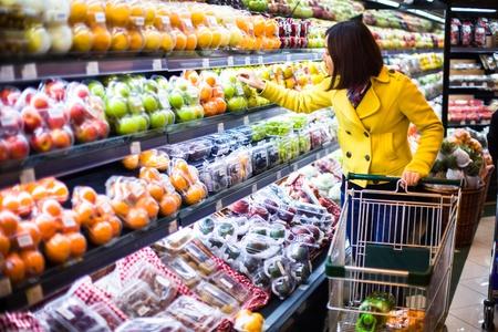 abarrotes: Mujer joven de compras en el supermercado Foto de archivo