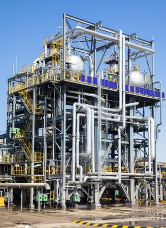 chemical plant: Chemische fabriek in de blauwe hemel