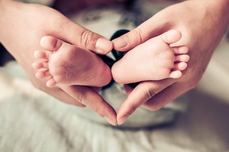 recien nacidos: pies reci�n nacidos del beb� en manos femeninas