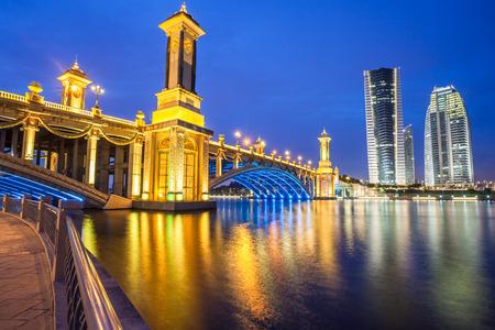 Scenic Bridge at night in Putrajaya, Malaysia  免版税图像