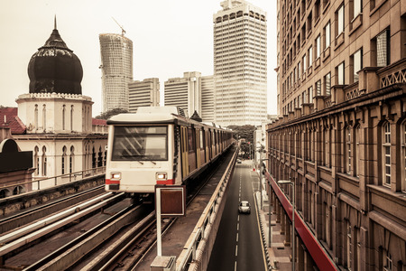 マレーシアのクアラルンプールで地下鉄の列車