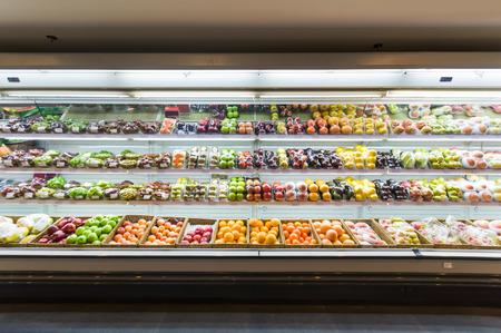abarrotes: Estante con las frutas en el supermercado Foto de archivo