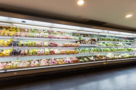 pracoviště: Police s ovocem v supermarketu