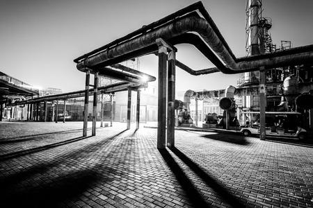 tanque: Tubería Fábrica de productos químicos en la noche Foto de archivo