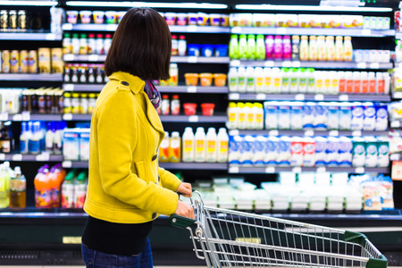 Mujer joven de compras en el supermercado