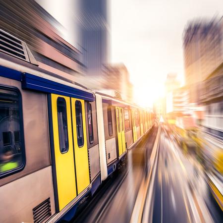 transportes: Sky train a través del centro de la ciudad de Kuala Lumpur, el desenfoque de movimiento