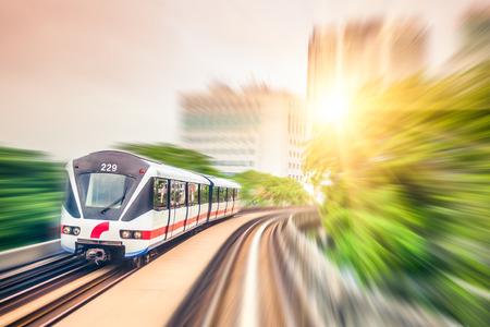 Treno Sky attraverso il centro della città di Kuala Lumpur, motion blur