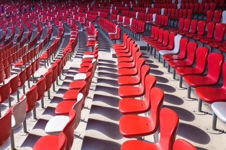 gradas estadio: Sillas rojas gradas en gran estadio