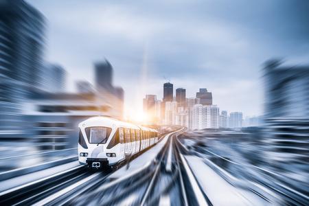 Sky tåg genom centrum i Kuala Lumpur, rörelseoskärpa
