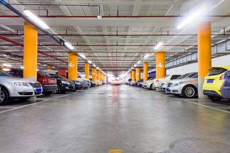 Parkeergarage, ondergrondse interieur met een paar geparkeerde auto's