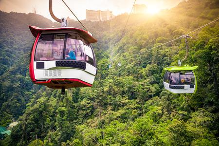 Luchtspoorweg die in tropische oerwoudbergen beweegt