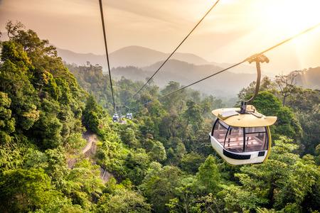 에어리얼 트램 웨이는 열대 정글 산맥에서 이동 스톡 콘텐츠