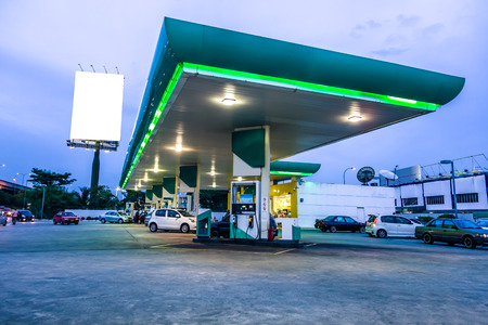 Stacja benzynowa w nocy