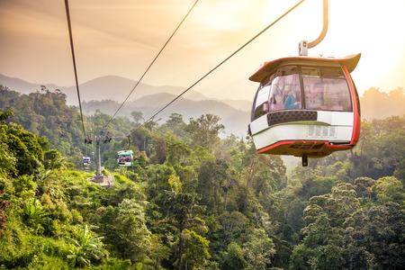 Kabelbaan omhoog te bewegen in de tropische jungle bergen Redactioneel