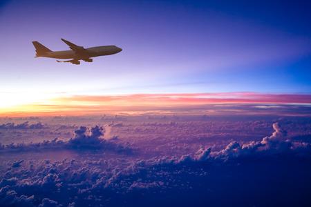 日の出の空に飛行機