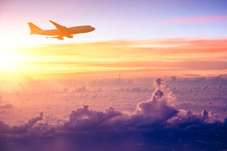 Vliegtuig in de hemel bij zonsopgang