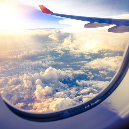 Wolken en de hemel gezien door raam van een vliegtuig