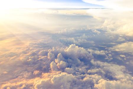 Nuages ??et ciel vu à travers la fenêtre d'un avion