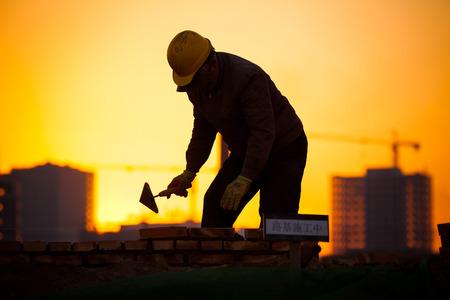 Silhouette der Bauarbeiter Standard-Bild