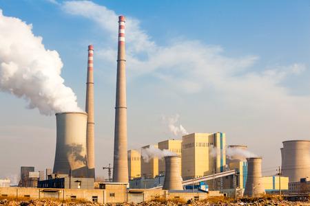 paesaggio industriale: Camino della centrale elettrica