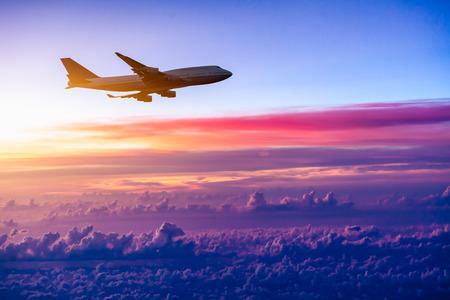 volar: Avión en el cielo al amanecer