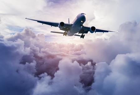 flug: Flugzeug in den Himmel