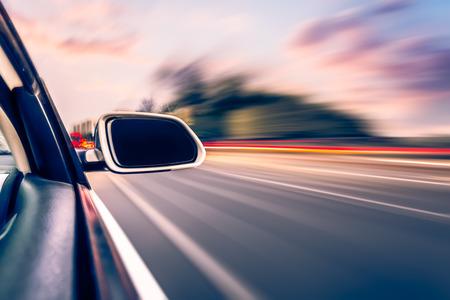 ar op de weg whit motion blur achtergrond Stockfoto