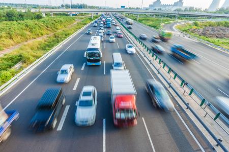Voitures dans le flou de mouvement sur la route, Pékin en Chine Banque d'images