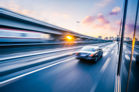 Auto rijden op snelweg bij zonsondergang, motion blur Stockfoto