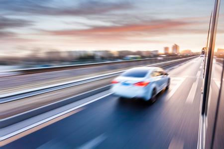 conduciendo: Conducci�n de autom�viles en autopista al atardecer, el desenfoque de movimiento Foto de archivo