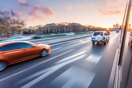 Autofahren auf der Autobahn bei Sonnenuntergang, Bewegung verwischen Standard-Bild