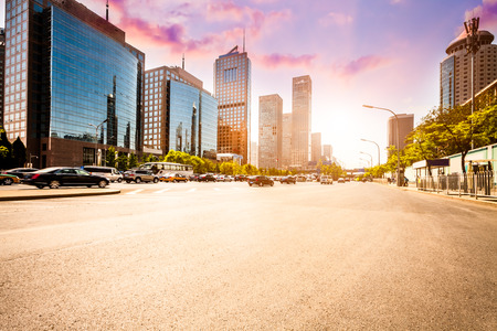 Stadtstraße auf Sonnenuntergang in Peking.